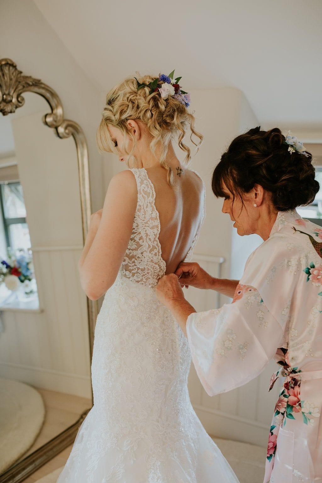 bridal party getting the bride ready